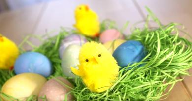 βαφη πασχαλινων αυγων με παντζαρι, λαχανο και κουρκουμα