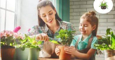 mom-kid-planting